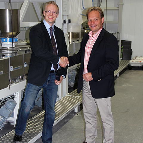 Powder Technic Managing Director Tuomo Kousa and Leipurin Oy Sales Manager Jari-Pekka Kiiski shake hands on the partnership agreement